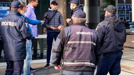 """На фото - пострадавшие журналист (в очках) и оператор (в синей куртке и черной кепке) программы """"Схемы"""""""