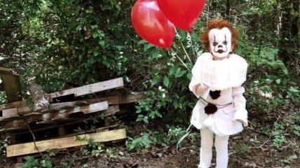 """Парень сделал фотосессию своего трехлетнего брата в образе клоуна из """"Оно"""" (Фото)"""