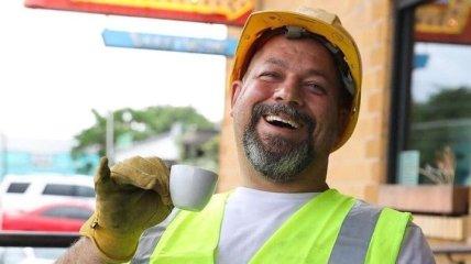 Чувства юмора у этого мужчины не занимать: простой строитель стал звездой Instagram