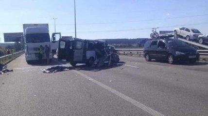 Под Киевом микроавтобус влетел в фуру, есть погибший