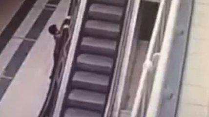 """В Москве маленький ребенок сорвался с высоты, устроив """"покатушки"""" на эскалаторе (видео)"""