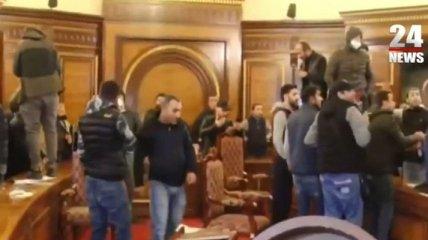 Капитуляция Пашиняна вызвала протесты в Ереване: в здании правительства устроили погром