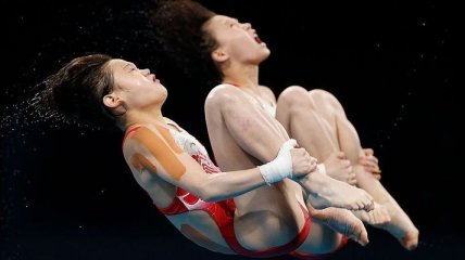 """Китаянки выиграли """"золото"""" в синхронных прыжках в воду с 10-метрового трамплина"""