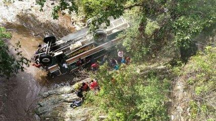 В Гватемале автобус со студентами сорвался с обрыва, есть погибшие
