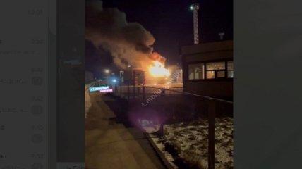 На таможне под Харьковом взорвалась и сгорела фура, пострадал водитель (фото и видео)
