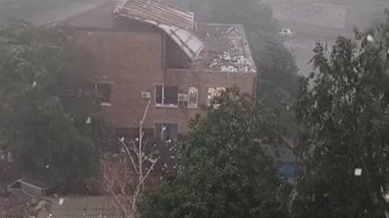 В Первомайске ветер сорвал крышу местного суда и разметал по городу документы (видео)