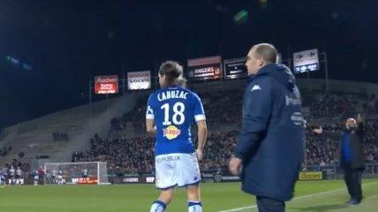 Во Франции футболиста удалили за выбитое из рук арбитра табло (Видео)