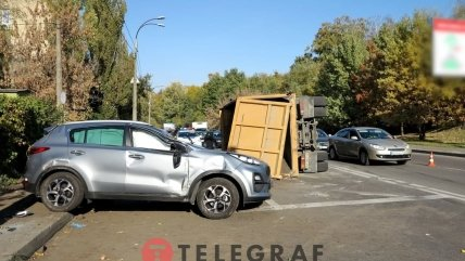 Від удару вантажівка перекинулася.